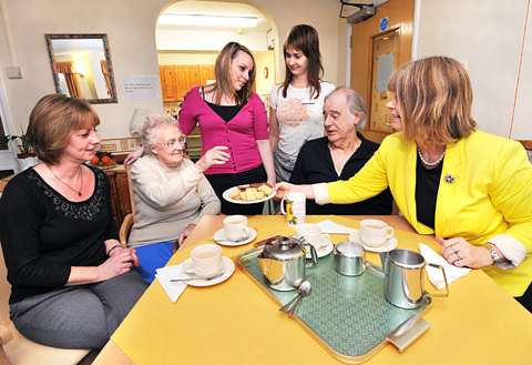 WELL DONE EVERYBODY: MP Harriett Baldwin chats to manager Jackie Creese, resident Phyllis Bladder, support assistants Sophie Fereday and Anna Petlanova and resident Tom Bowen. Picture by John Anyon. BUY: worcesternews.co.uk/pictures/sales. 10487601