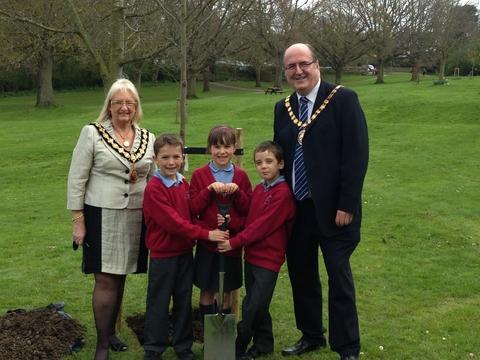 Chairman of Wychavon District Council, Councillor Richard Morris, and Mayor of Droitwich Spa, Councillor Anne Taft, with pupils Ross Clark, Grace Pedley and Joshua Fenn.